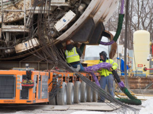 Installing a Plasma® rope sling before a heavy lift